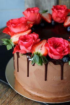 Kakkuviikarin vispailuja!: Suklaa-kirsikkakakku Chocolate Drip Cake, Drip Cakes, Baking, Desserts, Food, Fancy Desserts, Tailgate Desserts, Deserts, Bakken