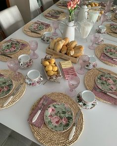 Food Table Decorations, Decoration Table, Kitchen Dinning, Dining Table, Welcome Table, Home Decor Shelves, Table Setting Inspiration, Brunch Table, Table Set Up