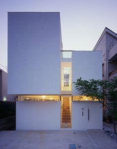 white box house by Tetsushi Tominaga Architect & Associates, Tokyo, Japan Architecture Design, Architecture Résidentielle, Minimalist Architecture, Contemporary Architecture, Installation Architecture, Design Minimalista, Design Exterior, Narrow House, Box Houses