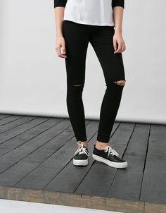 BSK Basic Hose mit hohem Bund und Destroyed Details. Entdecken Sie diese und viele andere Kleidungsstücke in Bershka unter neue Produkte jede Woche