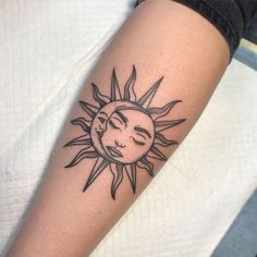 25 Sun And Moon Tattoo Design Ideas - Tattoos Sternum Tatoo, Mädchen Tattoo, Piercing Tattoo, Brave Tattoo, Tattoo Sonne, Half Moon Tattoo, Sun Tattoo Designs, Rosen Tattoos, Geniale Tattoos