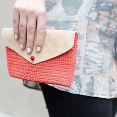 Réaliser facilement une pochette en cuir et en crochet