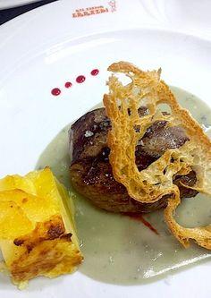 Solomillo de novillo sobre sopa de manzana y cabrales y guarnición de pastel de patatas_lacocinadejoseluis