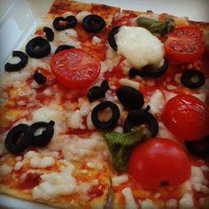 Pizza con queso, tomate cherry, aceitunas negras y pesto en el Mercado Lonja del Barranco de Sevilla: http://puturru.com/pintxos-es-es/mercado-lonja-del-barranco