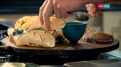 Cucina con Ramsay # 36: Tacos di manzo con maionese al Wasabi Un incredibile mix di sapori messicani e giapponesi, per un'ottima cena rapida a base di carne. Il Mirin presente in questa ricetta è una sorta di sakè dolce giapponese da cucina. INGREDIENTI: 2 braciole di controfiletto di manzo Olio d'oliva per friggere 6-8 tortillas di mais (14 cm) per...