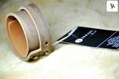 Bratara din piele naturala 32 -maro -captusita cu piele maro  -inchizatori metalici nichel innegrit -dimensiuni: L=17-18cm l=3cm  PRET: 45 Lei