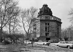 The Octagon, built in is a historic octagonal building and attached apartment block complex located at 888 Main Street on Roosevelt (Blackwell) Island in New York City. It originally served as the main entrance to the New York City Lunatic Asylum. Abandoned Asylums, Abandoned Buildings, Abandoned Places, Abandoned Castles, Mental Asylum, Insane Asylum, Roosevelt Island, Psychiatric Hospital, Abandoned Hospital