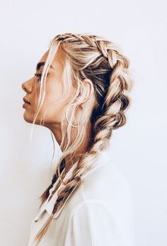 How To Tame Your Post-Workout Hair Situation (Without Showering) Effortless hairstyles that you can rock anywhere and any time! Here are some of our favorite easy hairstyles for you to try now! Messy French Braids, Messy Braids, Dutch Braids, Braids Easy, French Braiding Hair, Twist Braids, Box Braids, Medium Length Hair Braids, Braids For Thin Hair