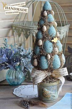Купить или заказать Топиарий 'ПАСХА' (пирамида с птичкой) в интернет-магазине на Ярмарке Мастеров. Топиарий 'Пасха' (пирамида с птичкой) создан для украшения дома на великий праздник. Он добавить дому уюта и праздничного колорита. Или послужит отличным подарком Вашим родным и близким!!! Создан из символа Пасхи - яиц, ягель, перьев цесарки, мха натурального крашенного стабилизированного, кашпо авторское рукодельное. В единственном экземпляре. УЮТНЫЙ МИР.