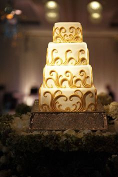 Have a gilded cake! #Weddings #Cake