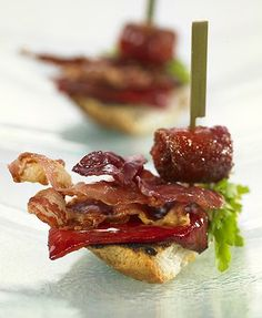 Chistorra sausage with bacon, piquillo peppers and ham tapa Tapas Menu, Tapas Party, Spanish Dishes, Spanish Tapas, Spanish Food, Entree Recipes, Appetizer Recipes, Bruschetta, Finger Food Appetizers