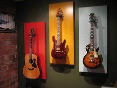tres guitarras en la pared