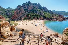 Zum Strand Li Cossi an der Costa Paradiso führt ein schmaler Pfad. Zehn Minuten Fußweg muss man ungefähr einplanen, dafür entschädigt glasklares Wasser. #Italien #Sardinien
