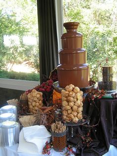 chocolate fountain foods New chocolate fountain bar receptions ideas Chocolate Fountain Wedding, Chocolate Fountain Recipes, Chocolate Fountains, Pink Chocolate, Hot Chocolate Bars, Homemade Chocolate, Chocolate Fondue Bar, Chocolate Bouquet, Churros