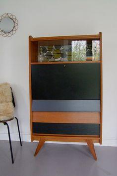 Afficher l'image d'origine 50s Furniture, Mid Century Furniture, Upcycled Furniture, Furniture Makeover, Painted Furniture, Furniture Design, Creation Deco, Living Room Kitchen, Bookcase