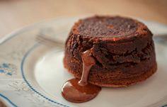 Iedereen die van chocolade houdt en een airfryer heeft, zou deze Chocolade lava cakejes eens moeten maken. Ze zijn heerlijk!