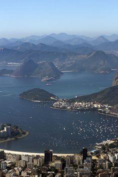 Enseada de Botafogo e as montanhas de Niterói e Grande Rio.  Brasil