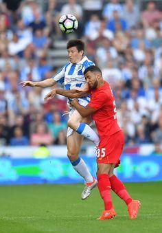 Huddersfield Town Joe Lolley (vľavo) a Liverpool € ™ s Kevin Stewart boj o loptu počas pre-sezóny priateľskom zápase na Johna Smitha štadión, Huddersfield.