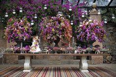 Casamento na Fazenda Vila Rica - mesa de doces - decoração em cores vibrantes ( Foto: Studio 47   Decoração: Fabio Borgatto e Telma Hayashi )