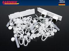 A Gardinia komplett tartozék csomagot is kínál a 180-210 cm hosszú 2 pályás PVC mennyezetsínekhez.   Általában 8-10-12 cm-ként ajánlunk egy-egy darab akasztót a függöny felrögzítéséhez.  Ebben a szettben 35 db görgő van, amely a kétsoros 180 cm-es és 210 cm-es függönysínhez is elegendő lehet.   Köztes rögzítő, furattakaró, véglezáró, tipli csavarral is megtalálható még a bliszterben. Chandelier, Ceiling Lights, Design, Home Decor, Candelabra, Decoration Home, Room Decor, Chandeliers, Ceiling Lamp