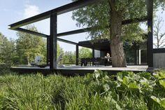 Na de verbouw en uitbreiding vande monumentale woning moest de tuin ook verandert worden. De opvallende zwevende vlonder en de combinatie tussen nieuwe en oude elementen worden in het tuinontwerp benadrukt.