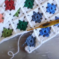 "Picture tutorial (with instructions in French) for joining mini-granny squares ""as you go"".  The finished look is very neat and tidy."