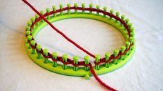 The assembly of stitches for round knitting or rectangular knitting is quite simple. Basically, there are two mounting techniques for ch . Loom Knitting Projects, Sewing Projects, Montage, Loom Craft, Knifty Knitter, Couture Sewing, Rainbow Loom, Hats For Women, Baby Knitting