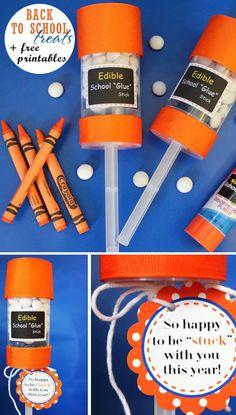 Glue stick. Nodig: Cakepop containers, Rood lint, Witte Snoepjes, Dubbelzijdig tape, Schaar, Bijlage, Touwtje. Werkwijze: Zet de cakepop container in elkaar & vul deze met snoepjes. Plak rood lint om boven&onderrand met tape. Print de bijlages & knip ze uit. Plak de lijm label met tape op de container. Plak de kaartjes op karton & knip deze uit. Bindt het kaartje met een touwtje aan het stokje van de container. http://www.scribd.com/doc/102733550/Back-to-School-Edible-School-Glue-Stick