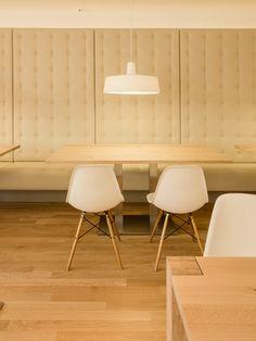Marset Soho 38 LED ist eine Designerleuchte mit merkantilem Charme. In ihr drückt sich die Hochachtung vor den traditionellen Lampen in Markthallen und