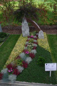 Eine Ausstellung der Friedhofsgärter gibt es auch. Wirklich schön gestaltete Gräber. Foto: Frau B.