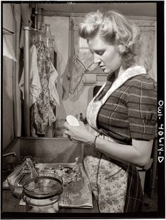 Shorpy Historical Photo Archive :: Madonna of the Spuds: 1943