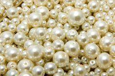 As pérolas são clássicas, e elas são produzidas por um simples grão de areia dentro da concha da ostra