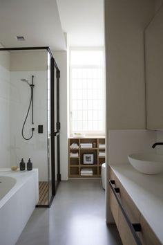 Badkamer met zwart staal en hout