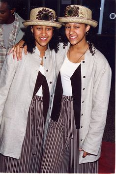 Tia and tamera mowry best style- essence Teen Girl Fashion, 90s Fashion, Fashion Outfits, Vintage Fashion, Ellen Von Unwerth, Grunge Style Outfits, 90s Style, Gianni Versace, Afro