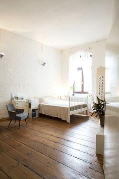 Helles Schlafzimmer mit hohen Decken und dunkelbraunem Holzfußboden, minimalistisch eingerichtet  #Schlafzimmer #Berlin #Kreuzberg #WG