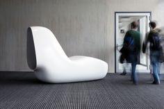 Farsi un pisolino in un aeroporto, isolandosi dal rumore? Ecco Sleepbox, una conchiglia comoda e isolante progettata da Caspar Lohner e realizzata con un guscio in HI-MACS® che contiene un materasso in pelle.