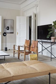 Soft, functional leather daybed and black Studio lamp inside the Handvärk apartment in Copenhagen. Scandi Garden, Leather Daybed, Studio Lamp, Nordic Furniture, Showroom Design, Living Spaces, Living Room, H&m Home, Nordic Interior