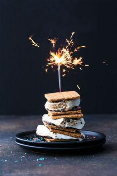 of July Firecracker Smores with Pop Rocks popping candy! Pavlova, Cheesecakes, Cupcakes, Dessert Recipes, Desserts, Drink Recipes, Breakfast Recipes, Dinner Recipes, Chicken And Vegetables