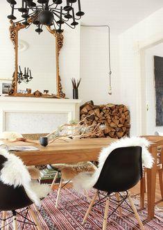Kunststoff trifft Naturmaterialien. Eames Plastic Chair (Modell DSW) mit Schaffell und Holztisch.