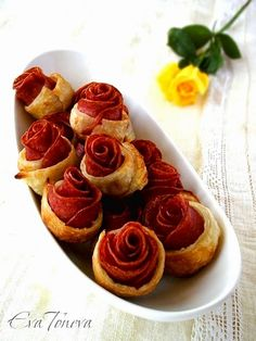 These popular Puff Pastry And Sausage roses are so easy to make and so delicious that you'll never want the store-bought variety again. Tapas, Good Food, Yummy Food, Puff Pastry Recipes, Snacks Für Party, Appetisers, Creative Food, Food Presentation, Finger Foods