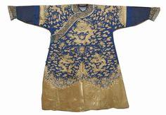 晚清·蓝色纱底绣金吉服   此件吉服由薄纱制成,清透单薄,为皇帝夏季所穿。薄纱上以金线绣龙纹,工艺简介,绣工细腻平整。