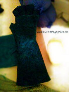 Handschuh in der Entstehungsphase. Die Handschuh Kuppen haben wir abgeschnitten. Darüber wird eine Art Klappe/Tasche kommen. Bei Bedarf kann diese dann über die kalten Finger gezogen werden. Von Das-Filzregal.