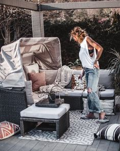 Spring is here, garden mood is on! These are the most essential outdoor decoratings to create an amazing patio. Indoor Outdoor Rugs, Outdoor Decor, Silver Pillows, Happy Week, Backyard Patio Designs, Spring Is Here, Home Look, Mom Style, Affordable Fashion