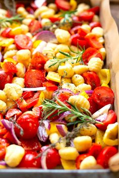 A tin gnocchi with tomatoes, peppers and red onions - a carousel - Advertising. A tin gnocchi with tomatoes, peppers and red onions. Super practical, quickly made and - The Best Mango Salsa Recipe, Mango Salsa Recipes, Mantu Recipe, Healthy Eating Tips, Healthy Recipes, Clean Eating, Gnocchi Pesto, Risotto, Shellfish Recipes