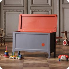 gris doux légèrement bleuté associé à un orange vif. Toy Chest, Painted Furniture, Storage Chest, Woodworking, Cabinet, Projects, Banksy, Kids, Painting
