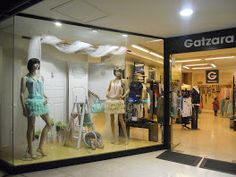 Escaparates tienda de ropa por DecoRecicla