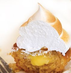 Here is a great recipe for Lemon Meringue Cupcakes. As far as deserts go, Lemon Meringue Cupcakes, are hard to beat. Lemon Curd, Cup Cakes, Kitchen Recipes, High Tea, Meringue, Tray Bakes, Cheesecake, Oven, Deserts