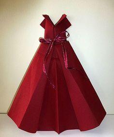 Pliage de serviette en papier en forme de robe de soirée, plier une serviette de table en papier, réaliser une robe en papier pour fêter les anniversaires les mariages le bal de finissants la fête des mères etc etc, pliage de serviette de table en papier en forme de robe de soirée