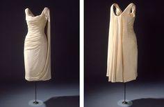 Kort, ærmeløs selskabskjole i draperet, hvid uldjersey.