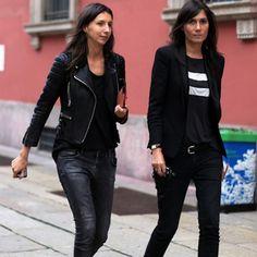 Emmanuelle Alt vai de total black, no street style com calça e jaqueta de couro
